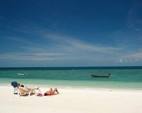 งามเม็ดทราย นอนอาบแดดชายทะเล หาดยาว หาดสลัด เกาะพะงัน สุราษฏร์ธานี