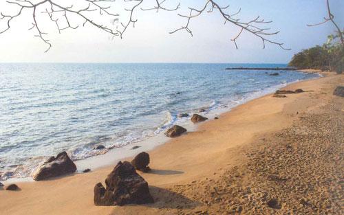 ผืนทรายสีน้ำตาลนวลที่หาดทรายแดง