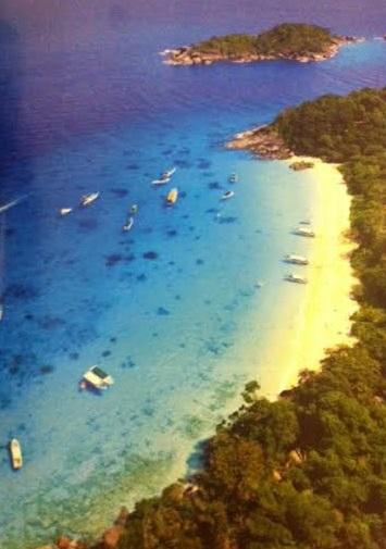 หาดทรายละเอียด และผืนน้ำสีฟ้าใส เกาะสี่  หมู่เกาะสิมิลัน