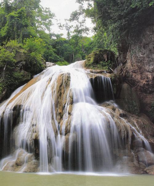 น้ำตกก้อหลวง อุทยานแห่งชาติแม่ปิง จังหวัดลำพูน