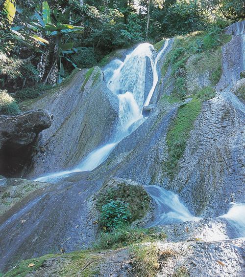 น้ำตกต้นตอง อุทยานแห่งชาติดอยภูคา จังหวัดน่าน